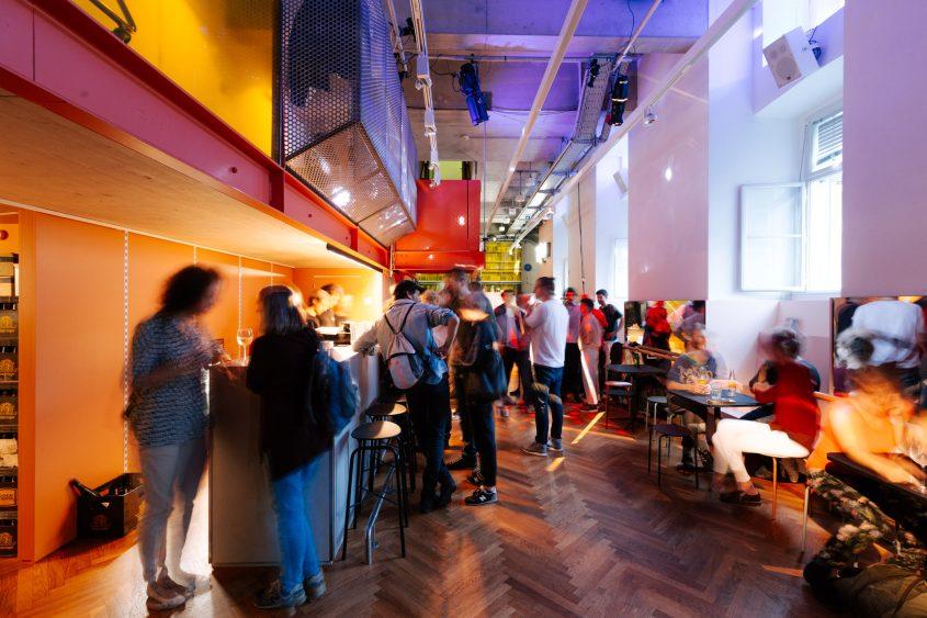 T Q W Foyer, Bar mit Menschen, Premierenfeier
