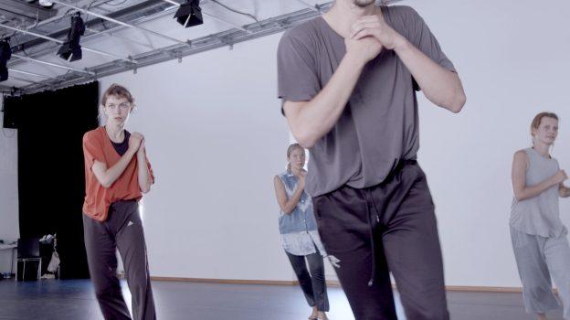 vier Performerinnen, Hände vor dem Körper haltend