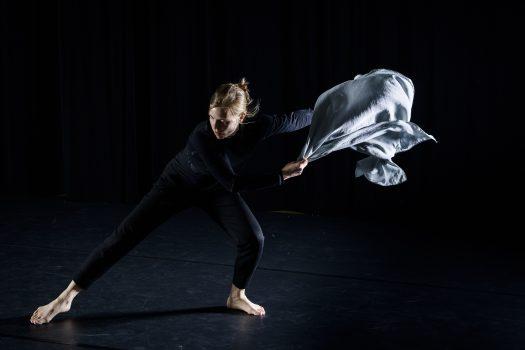 Eva-Maria Schaller in Bewegung mit Tuch